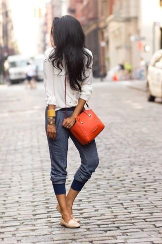 Wie kombinieren: hellbeige Chiffon Businesshemd, dunkelblaue Jogginghose, hellbeige Leder Slipper, orange Leder Umhängetasche