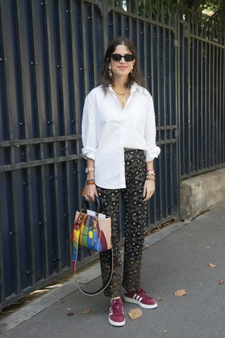 Wie kombinieren: weißes Businesshemd, schwarze bedruckte Karottenhose, dunkelrote Wildleder niedrige Sneakers, mehrfarbige Shopper Tasche aus Leder