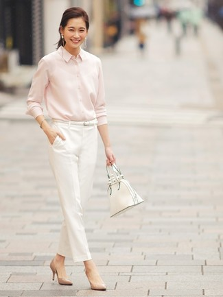 Sie können sich sicher sein, dass Sie in einem einem rosa businesshemd und einer weißen shopper tasche aus leder blendend aussehen werden. Komplettieren Sie Ihr Outfit mit beige leder pumps.