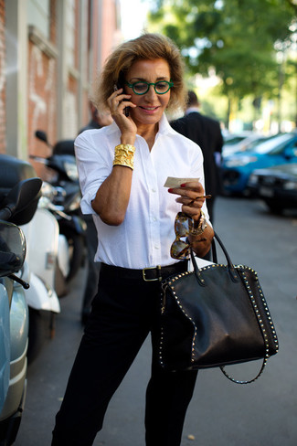 Wie kombinieren: weißes Businesshemd, schwarze Karottenhose, schwarze beschlagene Shopper Tasche aus Leder, schwarzer Ledergürtel