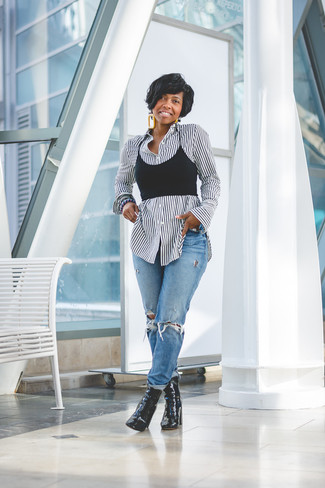Schwarzes kurzes Oberteil kombinieren – 295 Damen Outfits: Um eine super lässige und tolle Silhouette zu formen, paaren Sie ein schwarzes kurzes Oberteil mit blauen Boyfriend Jeans mit Destroyed-Effekten. Vervollständigen Sie Ihr Look mit schwarzen Leder Stiefeletten.