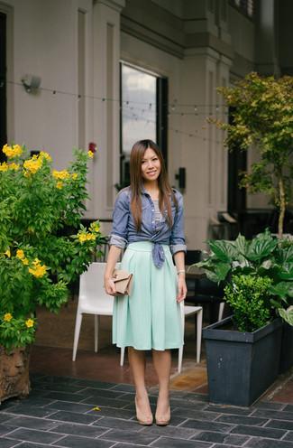 Wie kombinieren: blaues Chambray Businesshemd, weißes und schwarzes horizontal gestreiftes kurzes Oberteil, mintgrüner Falten Midirock, hellbeige Leder Sandaletten