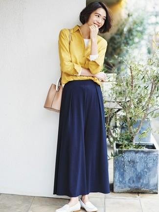 Wie kombinieren: gelbes Businesshemd, weißes Langarmshirt, dunkelblaue weite Hose, weiße Leder Slipper