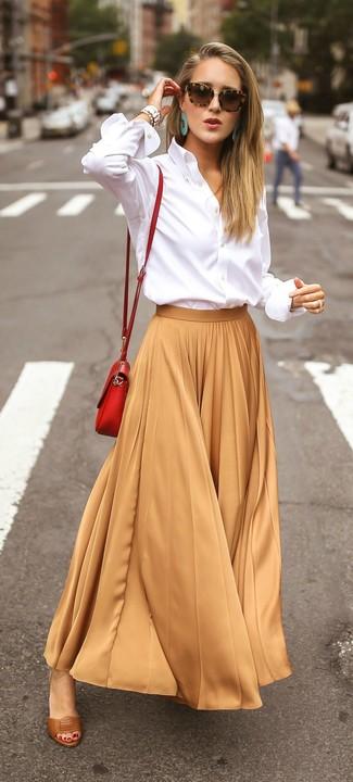 Wie kombinieren: weißes Businesshemd, beige Maxirock mit Falten, braune Leder Sandaletten, rote Leder Umhängetasche