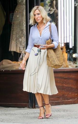 40 Jährige: Dunkelbraunen Ledergürtel kombinieren – 1 Damen Outfits: Probieren Sie diese Kombination aus einem hellblauen Businesshemd und einem dunkelbraunen Ledergürtel für einen super entspannten City-Look, der, Coolness und Charakter vermittelt. Dieses Outfit passt hervorragend zusammen mit dunkelroten Leder Sandaletten.