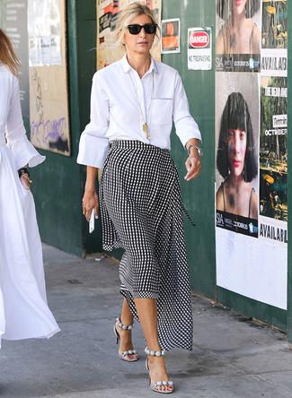 Wie kombinieren: weißes Businesshemd, schwarzer und weißer Midirock mit Vichy-Muster, graue Leder Sandaletten, schwarze Sonnenbrille