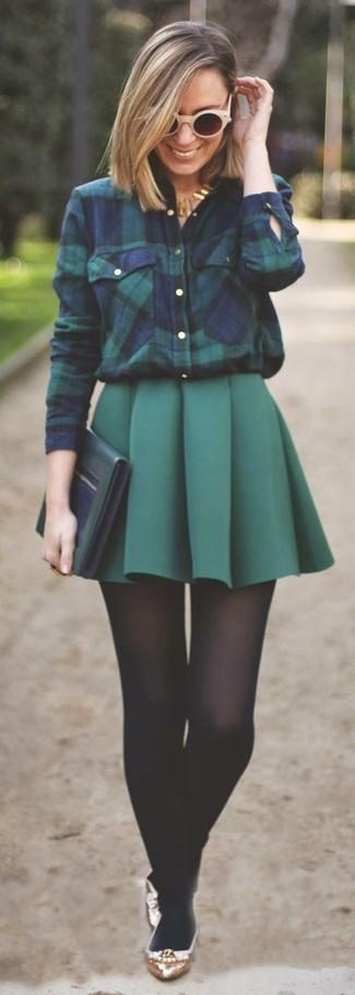 Wie kombinieren: dunkelblaues und grünes Businesshemd mit Schottenmuster, dunkelgrüner Falten Minirock, goldene Leder Ballerinas, dunkelgrüne Leder Clutch
