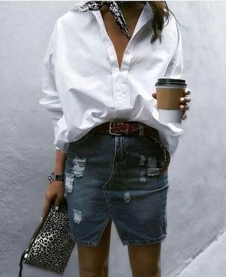 Wie kombinieren: weißes Businesshemd, dunkelblauer Jeans Minirock mit Destroyed-Effekten, graue Leder Clutch mit Leopardenmuster, schwarzer und weißer bedruckter Bandana