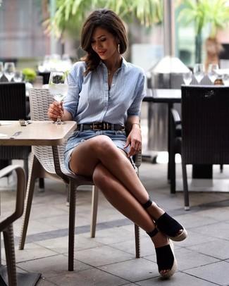 Wie kombinieren: hellblaues vertikal gestreiftes Businesshemd, hellblauer Jeans Minirock mit Destroyed-Effekten, schwarze Keilsandaletten aus Wildleder, schwarzer Ledergürtel