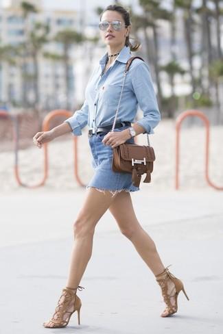 Graue Sonnenbrille kombinieren: trends 2020: Vereinigen Sie ein hellblaues Chambray Businesshemd mit einer grauen Sonnenbrille, um einen harmonischen, lässigen Look zu erreichen. Braune Wildleder Sandaletten sind eine großartige Wahl, um dieses Outfit zu vervollständigen.
