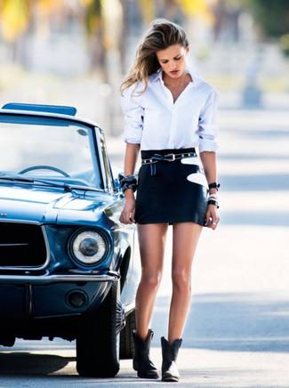 Wie kombinieren: weißes Businesshemd, schwarzer Minirock, schwarze Leder Stiefeletten, schwarzer Gürtel mit Sternenmuster