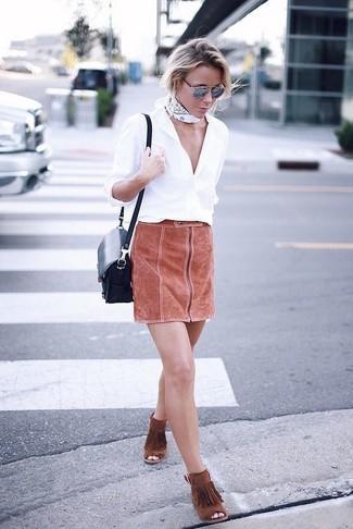 Graue Sonnenbrille kombinieren: trends 2020: Für dieses lässiges City-Outfit eignen sich ein weißes Businesshemd und eine graue Sonnenbrille ganz ideal. Rotbraune Wildleder Stiefeletten mit Fransen fügen sich nahtlos in einer Vielzahl von Outfits ein.