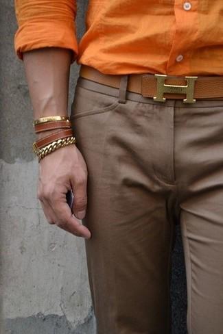 Wie kombinieren: orange Businesshemd, braune Anzughose, brauner Ledergürtel, braunes Lederarmband