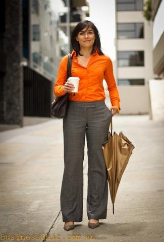 Wie kombinieren: orange Businesshemd, graue Anzughose mit Schottenmuster, graue Leder Pumps, schwarze Satchel-Tasche aus Leder