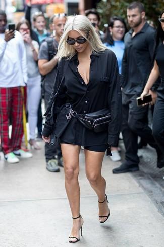 Wie kombinieren: schwarzes Businesshemd, schwarze Radlerhose, schwarze Leder Sandaletten, schwarze Leder Bauchtasche
