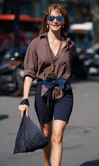 Wie kombinieren: braunes Businesshemd, dunkelblaue Radlerhose, schwarze Shopper Tasche aus Segeltuch, dunkelblaue Sonnenbrille