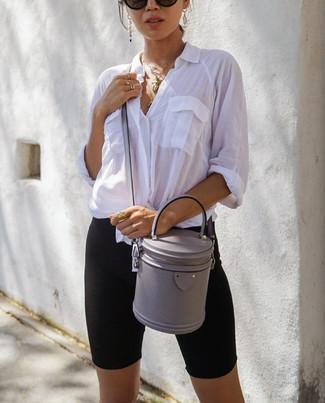Wie kombinieren: weißes Businesshemd, schwarze Radlerhose, graue Leder Umhängetasche, schwarze Sonnenbrille