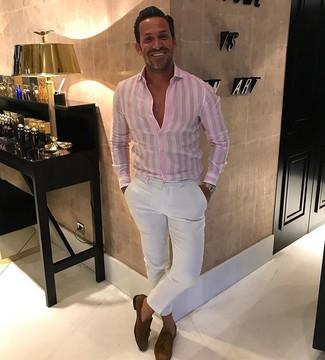 Wie kombinieren: rosa vertikal gestreiftes Businesshemd, weiße Chinohose, braune Wildleder Slipper mit Quasten, goldene Uhr