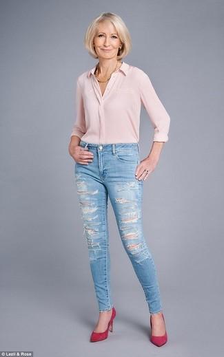 Wie kombinieren: rosa Seide Businesshemd, hellblaue enge Jeans mit Destroyed-Effekten, fuchsia Wildleder Pumps, goldene Halskette