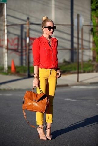 Wie kombinieren: rotes Businesshemd, gelbe enge Hose, hellbeige Leder Pumps, beige Satchel-Tasche aus Leder
