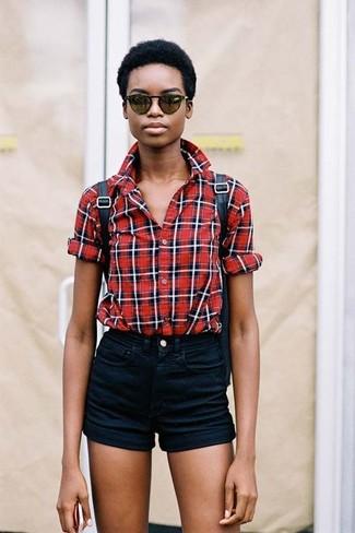 Wie kombinieren: rotes Businesshemd mit Schottenmuster, schwarze Jeansshorts, schwarzer Leder Rucksack, dunkelgrüne Sonnenbrille