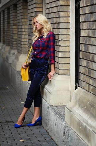 Wie kombinieren: rotes und dunkelblaues Businesshemd mit Schottenmuster, dunkelblaue Karottenhose, blaue Wildleder Pumps, gelbe Leder Umhängetasche