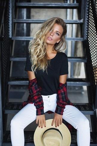 Wie kombinieren: rotes und schwarzes Businesshemd mit Schottenmuster, schwarzes T-Shirt mit einem Rundhalsausschnitt, weiße enge Jeans, hellbeige Strohhut