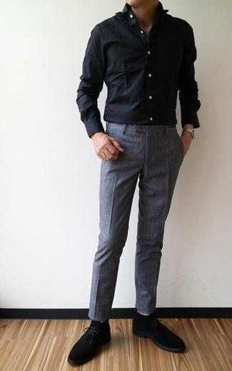 Schwarzes Businesshemd kombinieren: trends 2020: Kombinieren Sie ein schwarzes Businesshemd mit einer dunkelgrauen Anzughose für eine klassischen und verfeinerte Silhouette. Schwarze Chukka-Stiefel aus Wildleder verleihen einem klassischen Look eine neue Dimension.