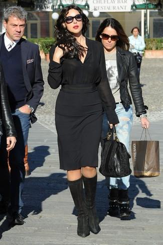 Wie kombinieren: schwarzes Seide Businesshemd, schwarzer Bleistiftrock, schwarze kniehohe Stiefel aus Wildleder, schwarze Shopper Tasche aus Leder