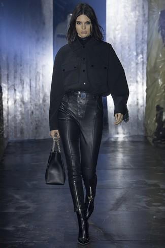 schwarzes Flanell Businesshemd, schwarze enge Hose aus Leder, schwarze kniehohe Stiefel aus Leder, schwarze Shopper Tasche aus Leder für Damen