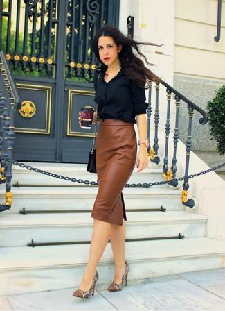 Ein schwarzes Businesshemd und ein brauner Midirock aus Leder sind eine Kombination, die jedes stylische Mädchen in ihrem Kleiderschrank haben sollte. Ergänzen Sie Ihr Look mit braunen Leder Pumps mit Schlangenmuster.