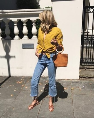 Dunkelblauen Hosenrock aus Jeans kombinieren – 5 Sommer Damen Outfits: Möchten Sie einen perfekten Casual-Look erreichen, ist diese Paarung aus einem senf Businesshemd und einem dunkelblauen Hosenrock aus Jeans ganz hervorragend. Fühlen Sie sich ideenreich? Entscheiden Sie sich für braunen flache Sandalen aus Leder. Greifen Sie zu diesem Look für warme Sommerabende.