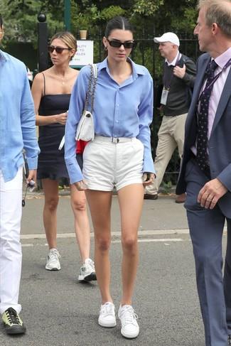 Wie kombinieren: hellblaues Businesshemd, weiße Shorts, weiße niedrige Sneakers, weiße Satchel-Tasche aus Segeltuch