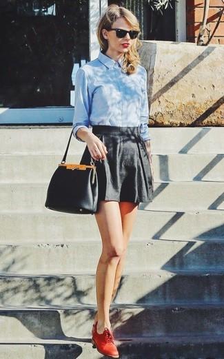 Taylor Swift trägt Hellblaues Businesshemd, Schwarze Shorts, Rote Leder Oxford Schuhe, Schwarze Lederhandtasche