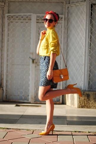 Wie kombinieren: gelbes Businesshemd, dunkelblaue Shorts mit Blumenmuster, orange Pumps, orange Umhängetasche