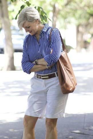Wie kombinieren: blaues vertikal gestreiftes Businesshemd, weiße Shorts, braune Shopper Tasche aus Leder, dunkelbrauner Ledergürtel