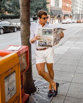 Wie kombinieren: weißes Businesshemd, weiße Shorts, schwarze Wildleder Slipper, brauner Ledergürtel