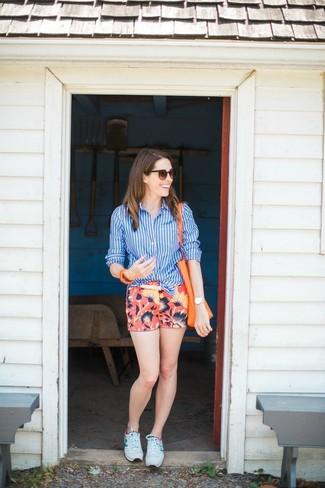 20 Jährige: Dunkelrote Shorts kombinieren – 4 Casual Damen Outfits: Vereinigen Sie ein blaues vertikal gestreiftes Businesshemd mit dunkelroten Shorts, um einen stylischen Look zu erreichen. Fühlen Sie sich mutig? Komplettieren Sie Ihr Outfit mit weißen Sportschuhen.