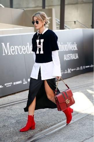 Wie kombinieren: weißes Businesshemd, schwarzes und weißes bedrucktes T-Shirt mit einem Rundhalsausschnitt, schwarzer Midirock mit Schlitz, rote Wildleder Stiefeletten
