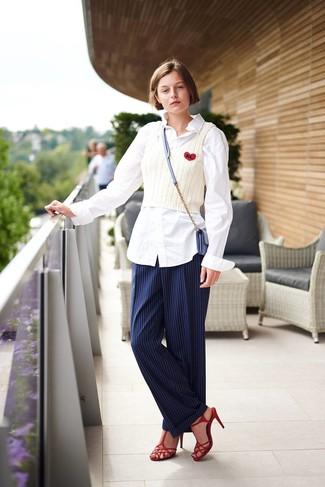 Wie kombinieren: weißes Businesshemd, weißes Strick Trägershirt, dunkelblaue vertikal gestreifte Anzughose, rote Leder Sandaletten