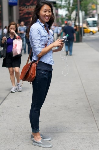 Dunkelgraues Trägershirt kombinieren: Wahlen Sie ein dunkelgraues Trägershirt und dunkelblauen enge Jeans - mehr brauchen Sie nicht, um einen idealen ultralässigen Trend-Look zu schaffen. Graue Slip-On Sneakers sind eine perfekte Wahl, um dieses Outfit zu vervollständigen.