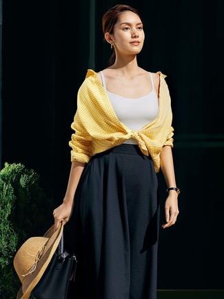Wie kombinieren: gelbes Businesshemd mit Vichy-Muster, weißes Trägershirt, schwarzer Falten Midirock, schwarze Leder Beuteltasche
