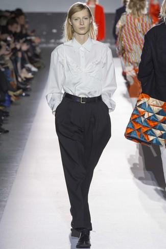 weißes Businesshemd, weißes Seide Trägershirt, schwarze weite Hose, schwarze Leder Oxford Schuhe für Damen