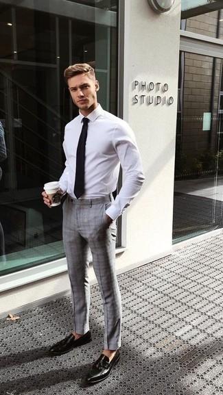 Weißes Businesshemd kombinieren: trends 2020: Kombinieren Sie ein weißes Businesshemd mit einer grauen Anzughose mit Schottenmuster für einen stilvollen, eleganten Look. Schwarze Leder Slipper mit Quasten sind eine ideale Wahl, um dieses Outfit zu vervollständigen.