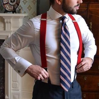 Wie kombinieren: weißes Businesshemd, schwarze Anzughose, weiße und rote und dunkelblaue vertikal gestreifte Krawatte, roter Hosenträger