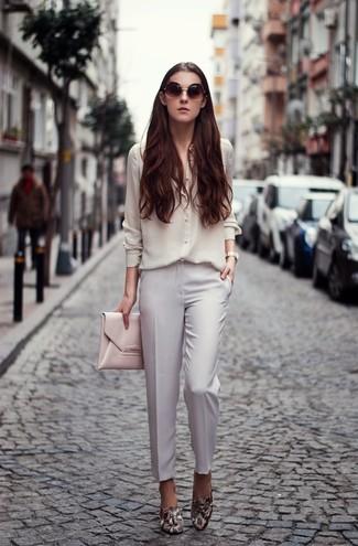 Wie kombinieren: weißes Seide Businesshemd, weiße Anzughose, graue Leder Slipper mit Schlangenmuster, rosa Leder Clutch