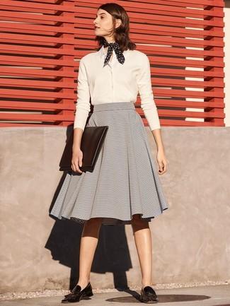 Wie kombinieren  weißes Businesshemd, grauer horizontal gestreifter  ausgestellter Rock, schwarze Leder Slipper mit 3d14458ea7