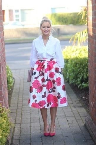 Rosa Leder Clutch kombinieren – 94 Damen Outfits: Die Kombination aus einem weißen Businesshemd und einer rosa Leder Clutch schafft die ideale Balance zwischen legerem Trend-Look und modernem Aussehen. Fuchsia Leder Pumps sind eine kluge Wahl, um dieses Outfit zu vervollständigen.