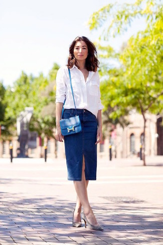 Wie kombinieren: weißes Businesshemd, dunkelblauer Jeans Bleistiftrock, weiße und schwarze horizontal gestreifte Leder Pumps, blaue Leder Umhängetasche