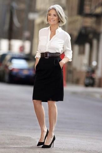 weißes Businesshemd, schwarzer Bleistiftrock, schwarze Wildleder Pumps, dunkelbrauner Leder Taillengürtel für Damen